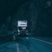 Camión circulando por la noche