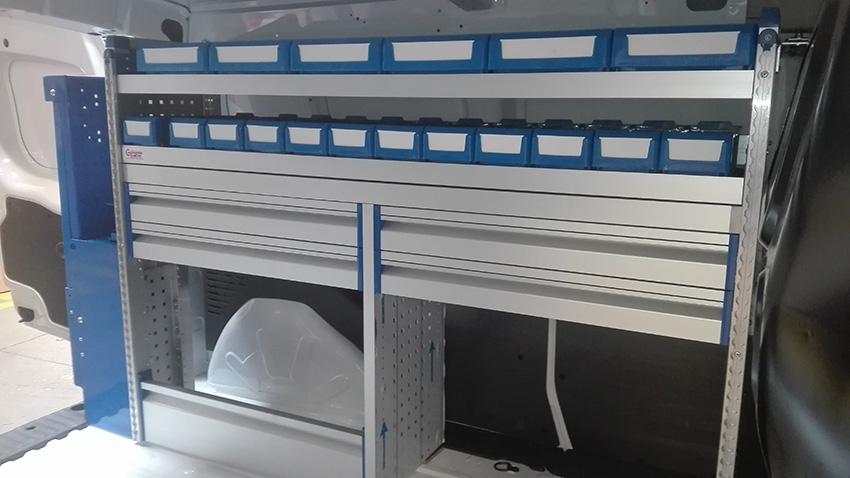 Otra perspectiva de nuestro equipamiento de furgoneta sobre Kangoo. Mueble Gentili con banco de trabajo