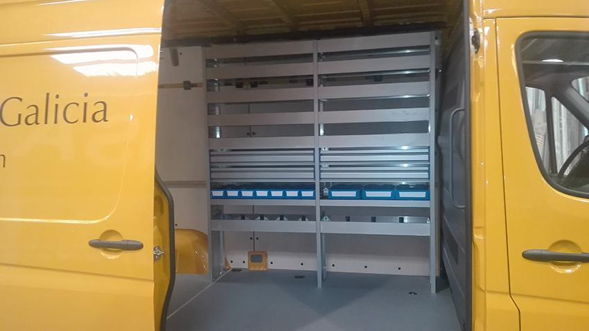 Aquí tenemos una furgoneta Sprinter que hemos equipado con una estantería infinity.