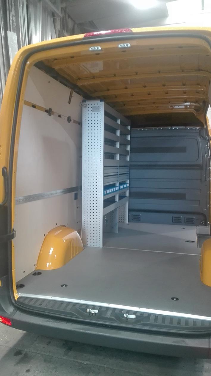Furgoneta sprinter adaptada con una plataforma antideslizante y estantería Infinity. Se pueden apreciar los laterales con agujeros.