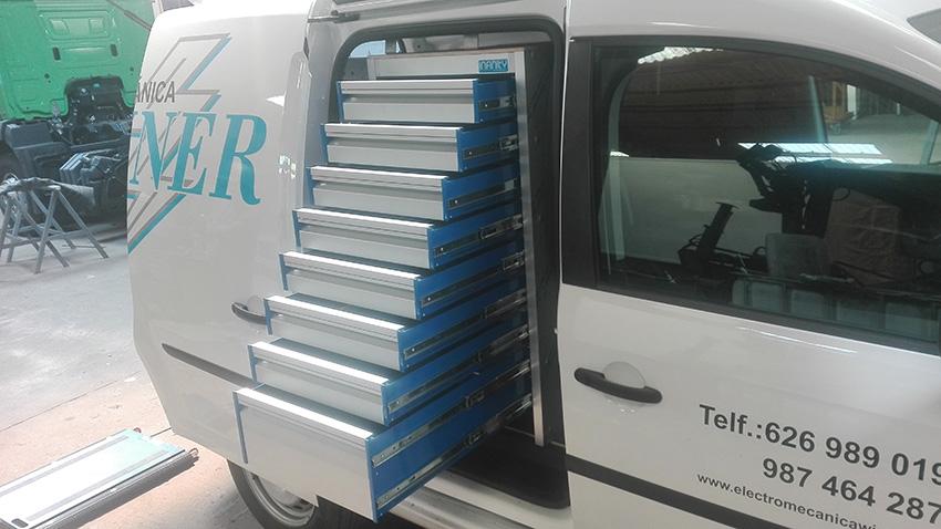 Equipamiento de furgoneta sobre Caddy. En este caso, la estantería cuenta con una cajonera para guardar todo tipo de herramientas.