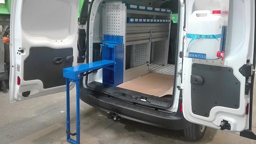 El equipamiento de furgoneta de esta Kangoo incluye un banco de trabajo como parte de un mueble Gentili