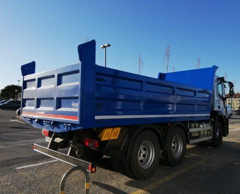 Carrocería basculante para camión hecha por Carrocerías Tambre